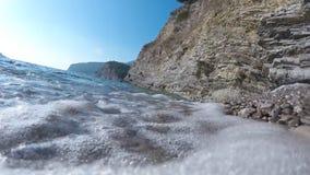 Ο βράχος θάλασσας σπάζει το ισχυρό κύμα απόθεμα βίντεο