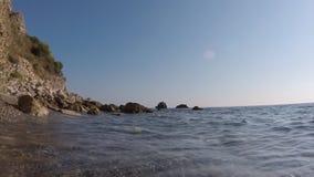 Ο βράχος θάλασσας σπάζει το ισχυρό κύμα φιλμ μικρού μήκους