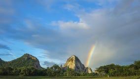 Ο βράχος ουρανού βουνών ουράνιων τόξων υπαίθριος, φως του ήλιου, δέντρο, Ταϊλάνδη, φυσικός, πράσινη, τομέας, χλόη, επαρχία, ουραν Στοκ Φωτογραφίες