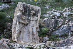 Ο βράχος που χαράζει σε Arsameia στην ανατολική Τουρκία που απεικονίζει τα χέρια τινάγματος Antiochus βασιλιάδων με Hercules Στοκ Εικόνα