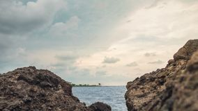 Ο βράχος στην παραλία, στην παραλία Σεμαράνγκ Ινδονησία 2 μαρινών στοκ εικόνα