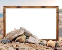 Ο βράχος στην παραλία με το άσπρο πλαίσιο εικόνων πινάκων και θολωμένος είναι Στοκ Φωτογραφίες