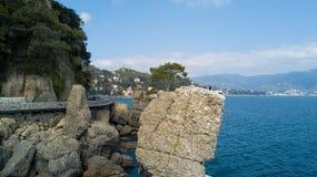Ο βράχος Cadrega, του θαλάσσιου δέντρου πεύκων, της εναέριας άποψης, της προκυμαίας μεταξύ Santa Margherita Ligure και Portofino  Στοκ φωτογραφίες με δικαίωμα ελεύθερης χρήσης
