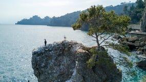 Ο βράχος Cadrega, του θαλάσσιου δέντρου πεύκων, της εναέριας άποψης, της προκυμαίας μεταξύ Santa Margherita Ligure και Portofino  Στοκ Φωτογραφίες