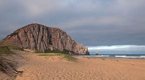 Ο βράχος Morro στην ανατολή κάτω από το σωρείτη καλύπτει στο σημείο στρατοπέδευσης κρατικών πάρκων κόλπων Morro στην κεντρική ακτ Στοκ φωτογραφίες με δικαίωμα ελεύθερης χρήσης