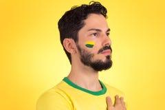 Ο βραζιλιάνος υποστηρικτής της εθνικής ομάδας του ποδοσφαίρου ακούει  Στοκ Φωτογραφία