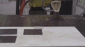 Ο βραχίονας ρομπότ λειτουργεί επιδέξια στο στέλνοντας τμήμα του εργοστασίου Βιομηχανικό ρομπότ με CNC το achine απόθεμα βίντεο