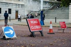 Ο βρετανικός δρόμος έκλεισε τα σημάδια Στοκ φωτογραφία με δικαίωμα ελεύθερης χρήσης