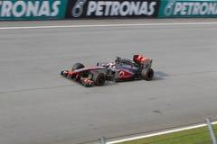 Jenson Button κάτω από τον κεντρικό αγωγό κατ' ευθείαν Στοκ φωτογραφία με δικαίωμα ελεύθερης χρήσης