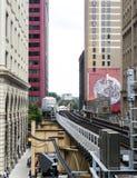 Ο βρόχος - ανυψωμένη γραμμή τραίνων μεταξύ των κτηρίων - Σικάγο, Ιλλινόις Στοκ Εικόνες