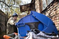 Ο βρώμικος αγύρτης που ψάχνει για τα τρόφιμα στο thash μπορεί στην οδό Στοκ φωτογραφίες με δικαίωμα ελεύθερης χρήσης