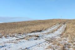 Ο βρώμικος δρόμος φθινοπώρου που πηγαίνει να ολοκληρώσει ενός λόφου φαλακρού Στοκ φωτογραφία με δικαίωμα ελεύθερης χρήσης