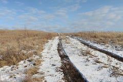 Ο βρώμικος δρόμος φθινοπώρου που πηγαίνει να ολοκληρώσει ενός λόφου φαλακρού Στοκ εικόνες με δικαίωμα ελεύθερης χρήσης