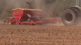 Ο βωλοκόπος αγροτικών τρακτέρ και λιπαίνει τον τομέα χωρών φιλμ μικρού μήκους