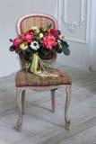 Ο γάμος ανθίζει bouqete στην καρέκλα Στοκ Εικόνα
