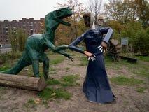 Ο γάμος δύο μεταλλικών ζωικός-γλυπτών σε έναν ελεύθερο αστικό κήπο στοκ φωτογραφίες