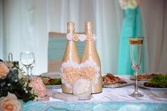 Ο γάμος διακόσμησε τον πίνακα με τα κεριά και τη σαμπάνια στο tenderly ανοικτό μπλε και ρόδινο ύφος Στοκ Εικόνα