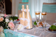Ο γάμος διακόσμησε τον πίνακα με τα κεριά και τη σαμπάνια στο tenderly ανοικτό μπλε και ρόδινο ύφος Στοκ φωτογραφία με δικαίωμα ελεύθερης χρήσης