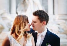 Ο γάμος νυφών και νεόνυμφων θέτει μπροστά από την πηγή & x28 TREVI Fontan Στοκ εικόνες με δικαίωμα ελεύθερης χρήσης