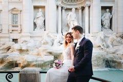 Ο γάμος νυφών και νεόνυμφων θέτει μπροστά από την πηγή & x28 TREVI Fontan Στοκ Φωτογραφίες