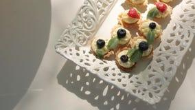 Ο γάμος τσιμπά στις επιτραπέζιες διακοσμήσεις για τη νύφη Bijouterie, τις κορδέλλες, τις διακοσμήσεις σατέν και το κόσμημα απόθεμα βίντεο
