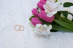 Ο γάμος χτυπά κοντά στην ανθοδέσμη στη δαντέλλα Στοκ Εικόνες