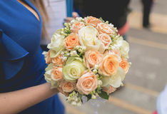 Ο γάμος χτυπά τα νυφικά παπούτσια εραστών Στοκ Εικόνες