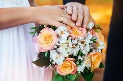 Ο γάμος χτυπά τη νέα οικογένεια Στοκ εικόνα με δικαίωμα ελεύθερης χρήσης