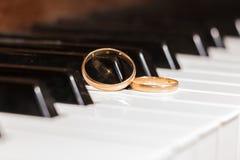 Ο γάμος χτυπά το κλειδί πιάνων Στοκ Φωτογραφίες