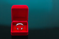 Ο γάμος χτυπά το υπόβαθρο, όμορφο ασημένιο δαχτυλίδι στο κόκκινο κιβώτιο για τη γαμήλια έννοια Στοκ εικόνα με δικαίωμα ελεύθερης χρήσης