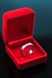 Ο γάμος χτυπά το υπόβαθρο, όμορφο ασημένιο δαχτυλίδι στο κόκκινο κιβώτιο για τη γαμήλια έννοια Στοκ Εικόνες