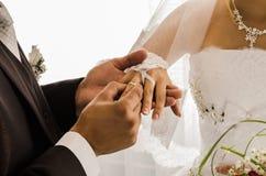 Ο γάμος χτυπά newlyweds Στοκ Εικόνες