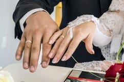 Ο γάμος χτυπά newlyweds Στοκ εικόνα με δικαίωμα ελεύθερης χρήσης