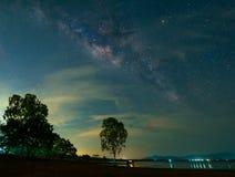 Ο γαλακτώδης γαλαξίας τρόπων με τα αστέρια στη διαστημική σκόνη στον κόσμο πέρα από τη λίμνη στοκ εικόνες