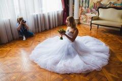 Ο γαμήλιος φωτογράφος πυροβολεί το πορτρέτο της νύφης Στοκ φωτογραφία με δικαίωμα ελεύθερης χρήσης
