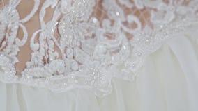 Ο γαμπρός ντύνει για το γάμο Εξαρτήματα για τη νύφη, σακάκι, παπούτσια, μανικετόκουμπα Ένας καλλωπισμένος νεαρός άνδρας που ντύνε απόθεμα βίντεο