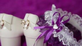 Ο γαμπρός ντύνει για το γάμο Εξαρτήματα για τη νύφη, σακάκι, παπούτσια, μανικετόκουμπα Ένας καλλωπισμένος νεαρός άνδρας που ντύνε φιλμ μικρού μήκους