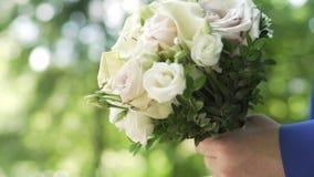 Ο γαμπρός φέρνει έναν stedy πυροβολισμό γαμήλιων ανθοδεσμών Ο τύπος φέρνει μια ανθοδέσμη Η νύφη φέρνει έναν γάμο απόθεμα βίντεο