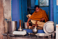 Ο γαλατάς προετοιμάζει το ινδικό lassi ποτών από ένα anci Στοκ Φωτογραφίες