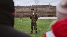 Ο γελοίος γενικός λέει κάτι στους στρατιώτες Άποψη από μακρυά απόθεμα βίντεο