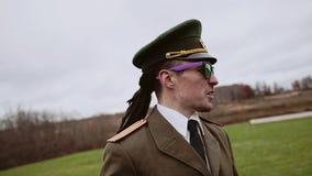 Ο γελοίος μίμος με προσωπείο γενικός φωνάζει στους στρατιώτες στη διαταγή κίνηση αργή απόθεμα βίντεο