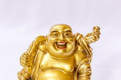 Ο γελώντας Βούδας χρωμάτισε στο χρυσό χρώμα με το άσπρο σκηνικό Στοκ Φωτογραφία