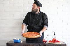 Ο γενειοφόρος αρχιμάγειρας αρχιμαγείρων προετοιμάζει τα γεύματα στοκ φωτογραφία με δικαίωμα ελεύθερης χρήσης