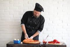 Ο γενειοφόρος αρχιμάγειρας αρχιμαγείρων προετοιμάζει τα γεύματα στοκ φωτογραφίες με δικαίωμα ελεύθερης χρήσης