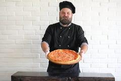 Ο γενειοφόρος αρχιμάγειρας αρχιμαγείρων προετοιμάζει τα γεύματα στοκ εικόνες με δικαίωμα ελεύθερης χρήσης