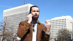 Ο γενειοφόρος επιχειρηματίας βίαια, συναισθηματικά επικοινωνεί με κινητό τηλέφωνο απόθεμα βίντεο