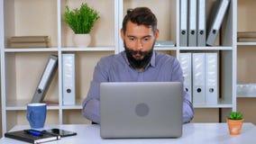 Ο γενειοφόρος επιχειρηματίας χαίρεται τη νίκη απόθεμα βίντεο