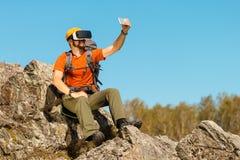 Ο γενειοφόρος νεαρός άνδρας κάνει selfie στην εικονική πραγματικότητα γυαλιών υπαίθρια Στοκ Εικόνες