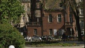 Ο γενικός πυροβολισμός σχεδίων ενός κτηρίου και οι άνθρωποι περνούν από απόθεμα βίντεο