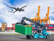 Ο γερανός ανυψώνει ένα εμπορευματοκιβώτιο στο εμπορικό εμπορευματοκιβώτιο φορτίου παράδοσης Στοκ φωτογραφία με δικαίωμα ελεύθερης χρήσης
